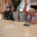 Bewohnerin und Betreuungskraft beim Kegeln auf dem Tablet