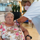 Bewohnerin im Seniorenzentrum Laichingen erhält die Booster Impfung gegen Corona