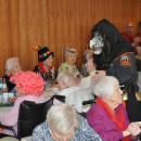 Narren besuchen Seniorenzentrum Dietenheim