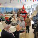 Raum mit Narren und verkleideten Senioren im Seniorenzentrum Erbach
