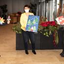 Übergabe der Bastelarbeiten an die Einrichtungsleitung des Seniorenzentrums Erbach